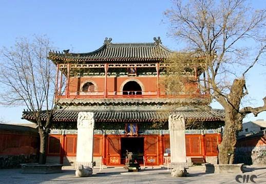 智化寺坐北朝南,其排列布局具有明代特点,建筑风格则保存宋代向明清过渡的明显特微,并开清代建筑 风格先河。北京现存明代木构古建筑,多为单体建筑,而智化寺竟聚集了八座明代木代木构建筑群。1961年3月,国务院公布第一批全国重点文物保护单位180处,智化寺便名列其中。这是因为自北宋元符三年(1100年)将作监李诚奉敕编《营造法式》以后,至清雍正十二年(1734年)钦定颁布《工程做法则例》以前,元明两代没有留下什么建筑规范,要想研究这一时期的建筑,只能求助于实物考证。时隔五、六百年,元明时代的建筑即使不毁也多